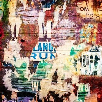 Painel com cartazes rasgados