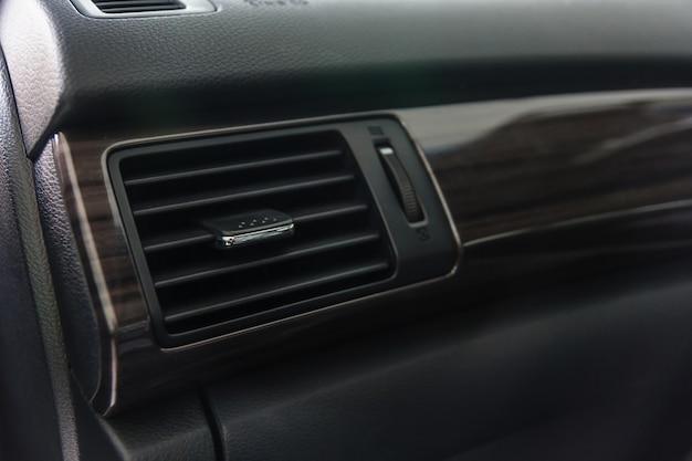 Painel da grade do sistema de condicionamento de ar do carro no console. auto interior detalhe.