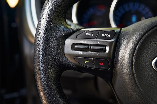 Painel de botões do automóvel no volante para controlar o sistema de viva-voz e bluetooth para motorista