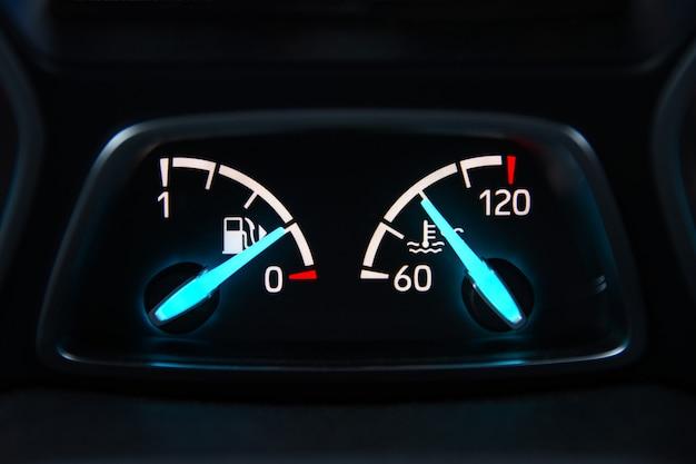 Painel de carro com setas de nível e temperatura de combustível