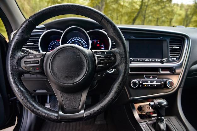 Painel de carro e volante, design de interiores de carros modernos