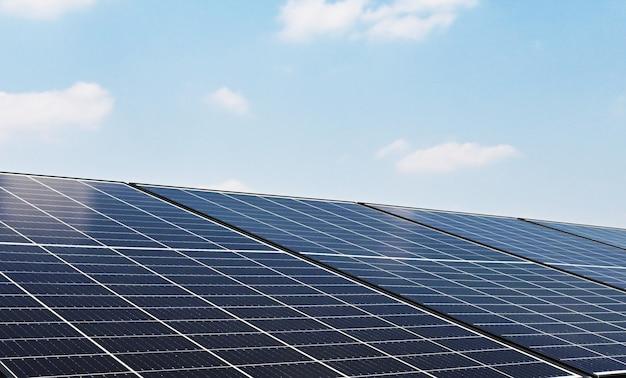 Painel de células solares com céu azul