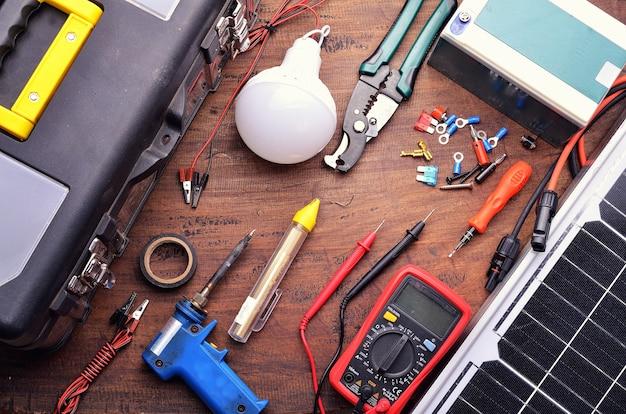 Painel de células solares e equipamentos de ferramentas para construção ecológica e conceito de economia de energia. em fundo de madeira. vista do topo