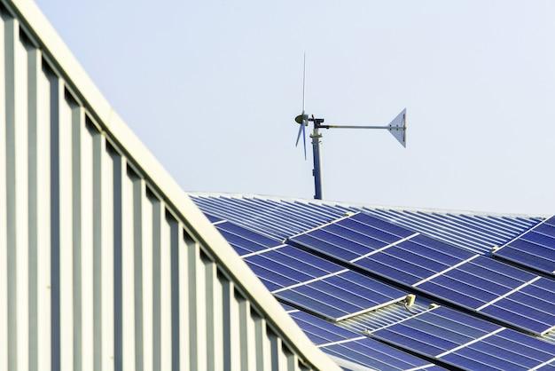 Painel de células solares e turbinas eólicas no telhado da fábrica