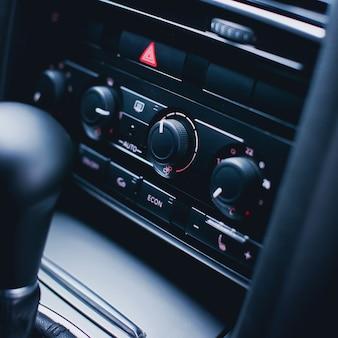 Painel de controle climático em carro de luxo moderno