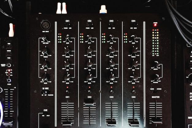 Painel de controle com controles deslizantes de um mixer de áudio para dj