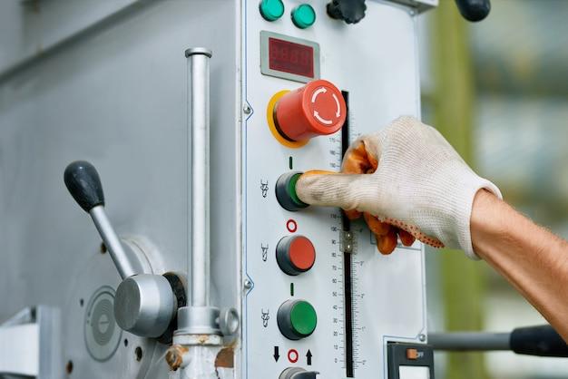 Painel de controle da máquina na fábrica
