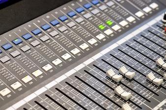 Painel de controle de áudio para mixagem e gravação