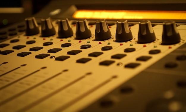 Painel de controle de som na sala de gravação profissional