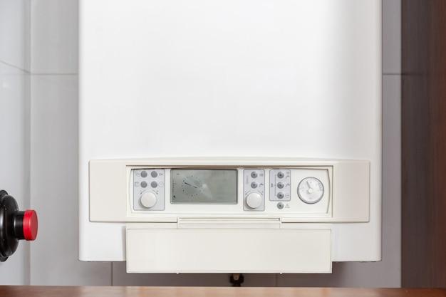 Painel de controle do aquecedor de água a gás ou caldeira a gás em uma casa interna