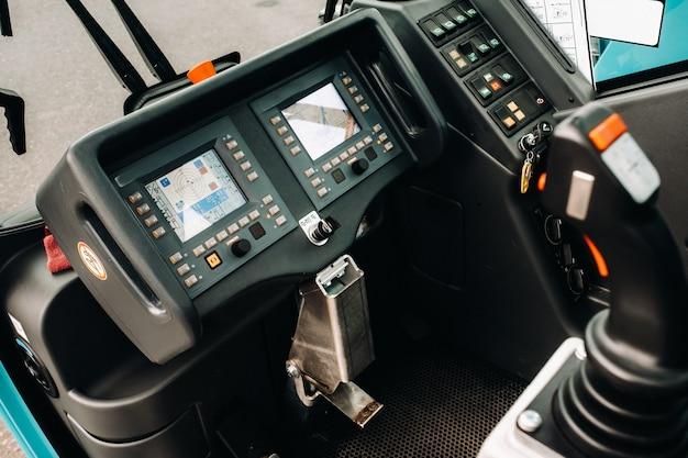 Painel de controle do guindaste na cabine do motorista de um guindaste de carro.