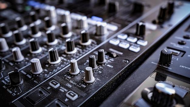 Painel de controle do mixer de áudio e som