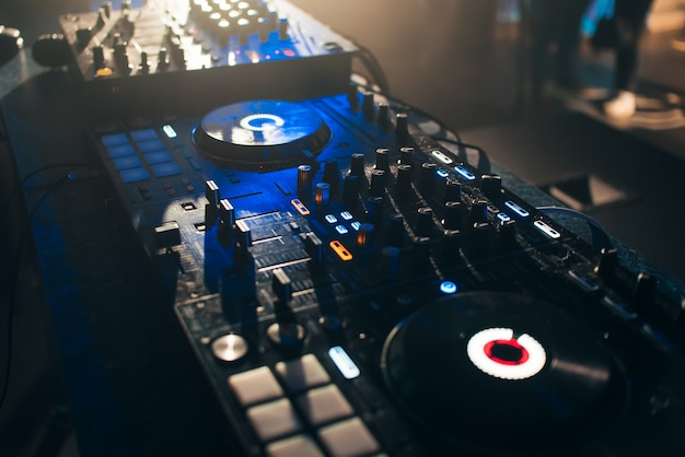 Painel de controle do mixer de dj para música eletrônica