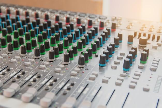 Painel de controle do mixer de som de áudio. botões do console de som para ajustar o volume
