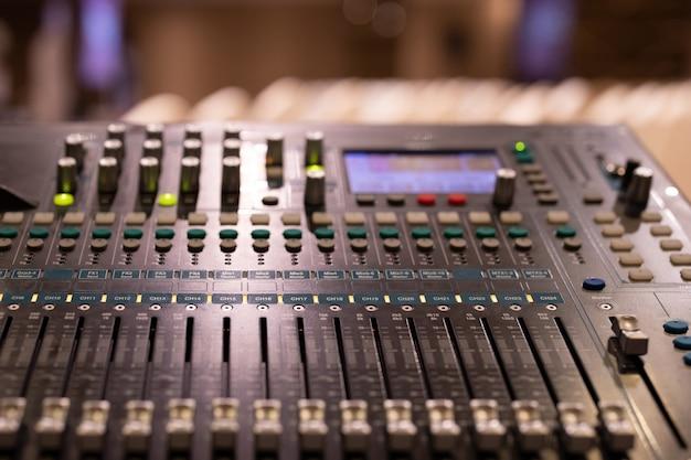 Painel de controle do mixer de som na sala de eventos