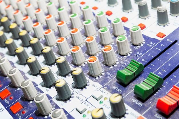 Painel de controle do mixer de som.