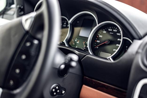 Painel de controle do moderno novo carro closeup