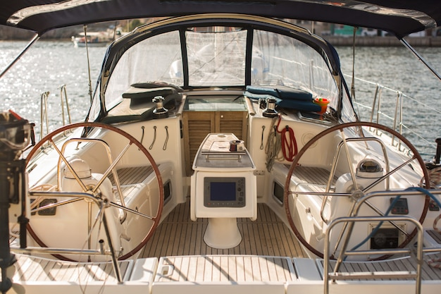Painel de controle e volante em um veleiro