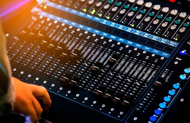 Painel de controle profissional de som e mixer de áudio com botões e controles deslizantes