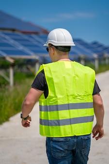 Painel de energia solar. energia verde. eletricidade. painéis de energia de potência. engenheiro em uma planta solar. sala de laboratório.