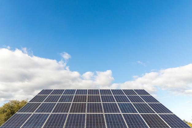Painel de energia solar fotovoltaica no fundo do céu conceito de fonte de eletricidade alternativa de recursos sustentáveis conceito de energia verde