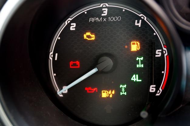 Painel de instrumentos e tacômetro de um moderno automóvel de alta performance.