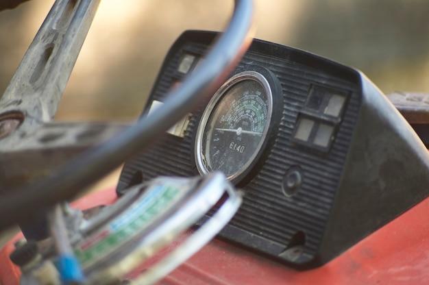 Painel de instrumentos e velocímetro de um velho trator vintage usado para trabalhar em uma fazenda.