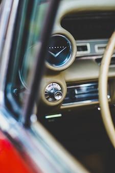 Painel de instrumentos e volante de um carro antigo de luxo, um mustang americano.