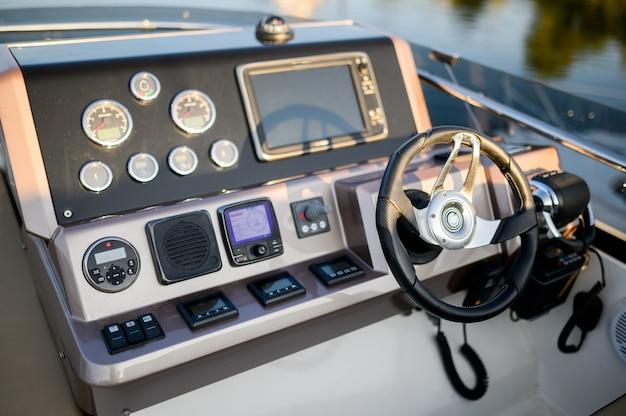 Painel de instrumentos e volante de um cockpit de barco a motor