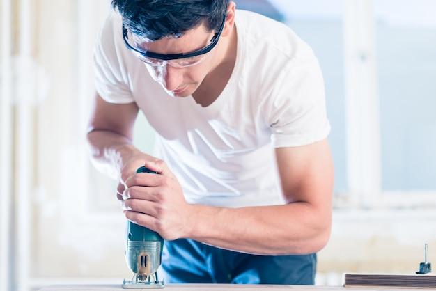 Painel de madeira de corte diy trabalhador com serra