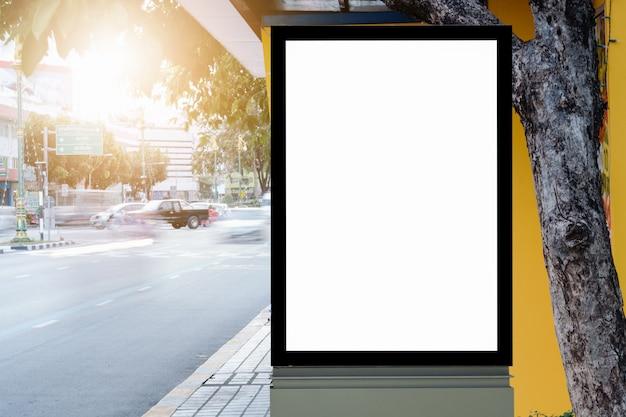 Painel de publicidade em branco em uma rua