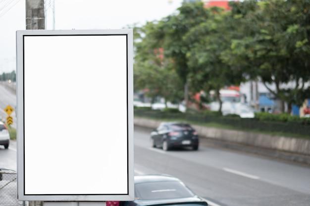 Painel de publicidade em branco em uma rua.
