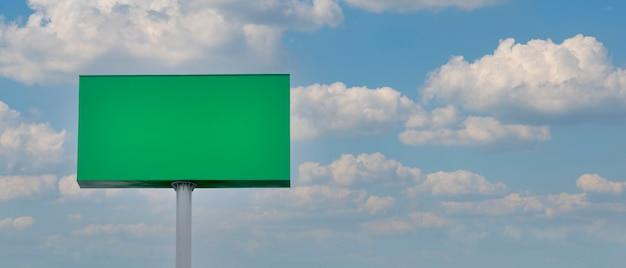 Painel de publicidade verde com fundo de céu e nuvens painel de publicidade outdoor