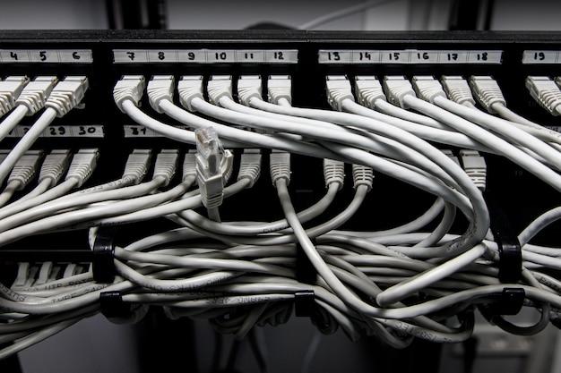 Painel de rede, switch e cabos no data center.