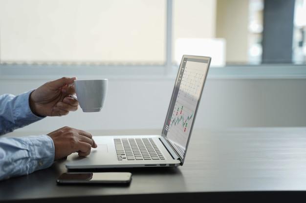 Painel de vendas do marketing de cliente conceito de gráficos homem de negócios vendas aumentar as ações de receita