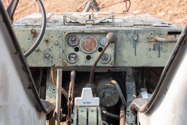 Painel do medidor e acessórios no antigo veículo fora de estrada