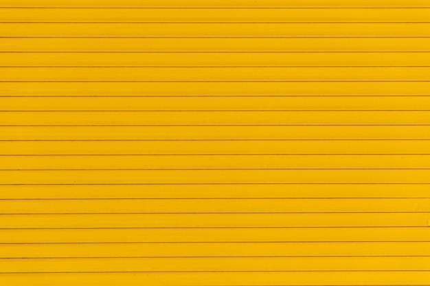 Painel frontal amarelo com linhas pares
