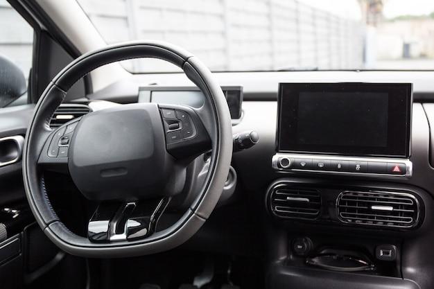 Painel, interior do carro em um belo carro