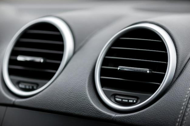 Painel preto com condicionador de carro. o fluxo de ar dentro do carro. dutos de ar, defletores no painel do carro