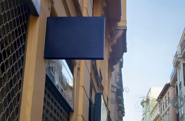 Painel preto de publicidade urbana