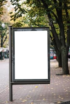 Painel publicitário em branco no pavimento