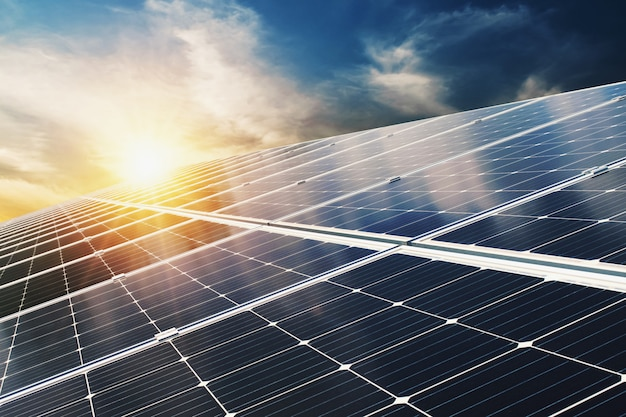 Painel solar com céu azul e pôr do sol. energia limpa conceito, alternativa elétrica, poder na natureza