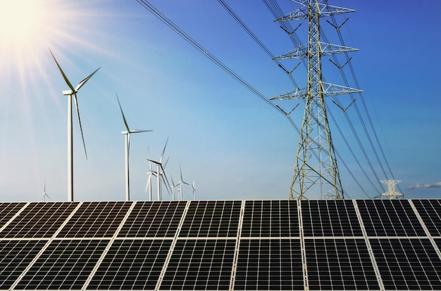 Painel solar com turebine do vento e alta tensão da eletricidade. conceito de energia limpa