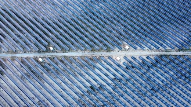 Painel solar com vista do meio da estrada de cima