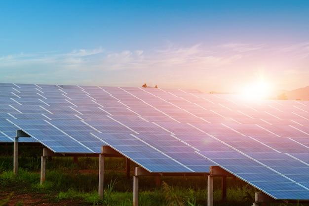 Painel solar contra o fundo do céu do sol. fotovoltaica, fonte alternativa de eletricidade. conceito de recursos sustentáveis.