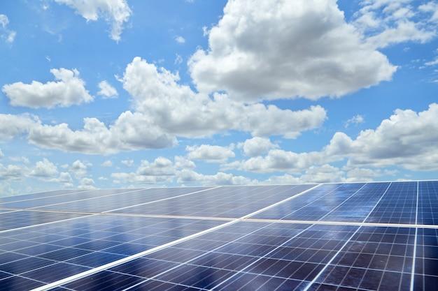 Painel solar de energia renovável e céu azul