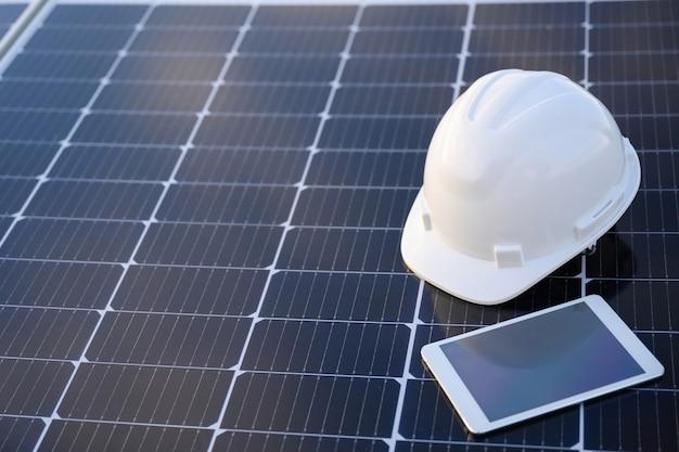 Painel solar na usina fotovoltaica trabalhando no armazenamento de energia solar com um lindo céu azul na indústria.