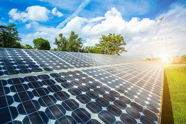 Painel solar no fundo do céu azul, conceito da energia alternativa, energia limpa, energia verde.