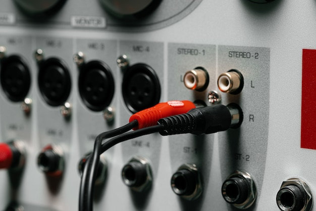 Painel traseiro do amplificador de sistema de música com fios