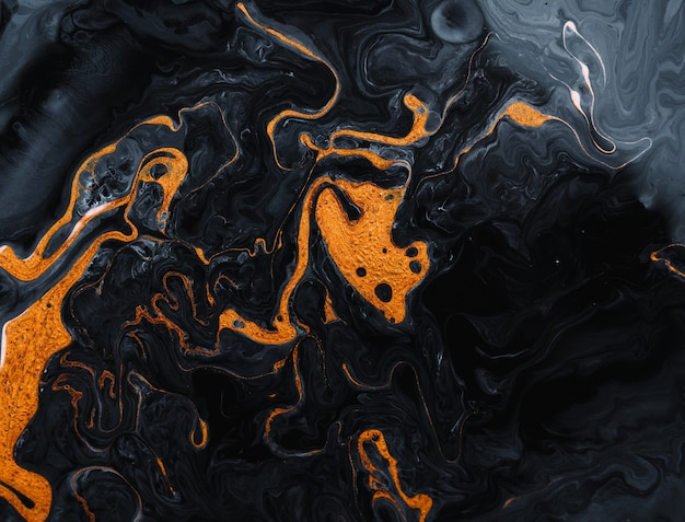 Painter usa tintas vibrantes para criar essas artes mágicas, com adição de brilhos dourados e linhas.